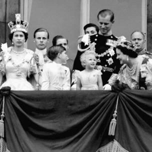 Sarauniya Elizabeth ta II da Yarima Charles da Gimbiya Anne Duke na Edinburg da mahaifiyar sarauniya da kuma Duke da Gloucester a barandar Fadar Buckingham domin kallon wasan jiragen sama na sojojin masarautar, bayan an kammala bikin nadin sarautarta.