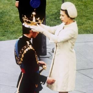 Sarauniya Elizabeth ta II ta naɗa dan ta yarima charles a matsayin yariman Wales a lokacin wani biki a  fadar Caernarfon.