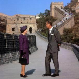 Sarauniya Elizabeth ta II da kuma Duke na Edinburgh a Bedaling Pass da ke kan bangon China a kwana na uku a ziyarar da su ka kai China.