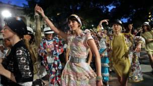 Модели танцуют