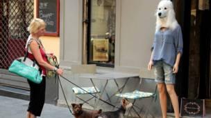 कुत्ते के सिर वाला पुतला.