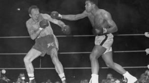 Alí golpea a Henry Cooper en la segunda pelea en 1966