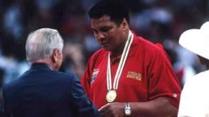 Alí recibe una medalla de oro durante los Juegos Olímpicos de Atlanta