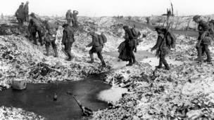 جنود بريطانيون على طريق ريفر سوم أواخر عام 1916 بعد وقف هجوم الحلفاء.
