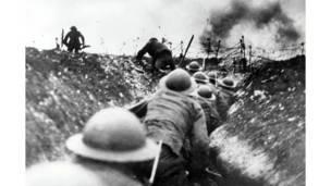 القوات البريطانية تتحرك في خنادق خلال معركة السوم، عام 1916. بول بوبر/بوبرفوتو