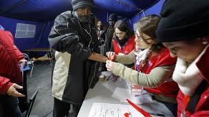 """Мигранты покидают """"Джунгли"""" в Кале"""
