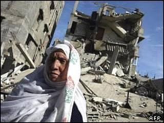 یکی از اهالی غزه در ویرانه های به جا مانده از بمباران های اسرائیل
