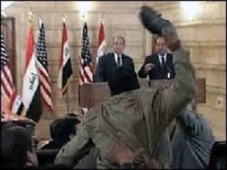 Muntandar al-Zaidi joga sapato em Bush