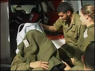 Soldado ferido é levado a hospital