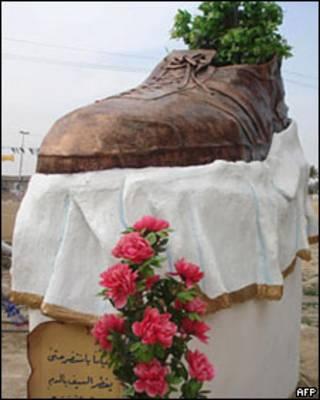 Escultura de sapato de bronze em Tikrit