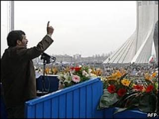 O presidente iraniano Mahmoud Ahmadinejad faz discurso em Teerã