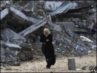 Mulher caminha por zona destruída por ofensiva israelense no norte de Gaza (AP)