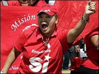 Partidário de Chávez participa de comício em Caracas