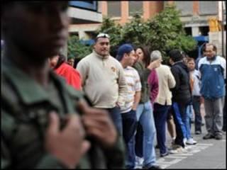 Venezuelanos em posto de votação (Foto: AFP)