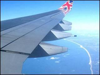 Máy bay của hãng Virgin Atlantic bay qua hồ Michigan tới Chicago