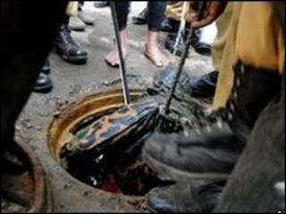 جسد یک نظامی بنگلادشی، از گودال بیرون آورده می شود