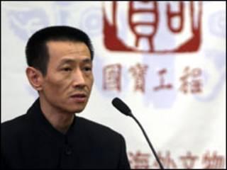 comprador chinês de estatuetas de yves Saint Laurent