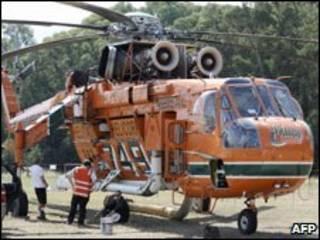 helicóptero chega à área ameaçada por fogo