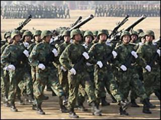 Soldados chineses em treinamento