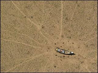 Leito seco do lago Curuaí, no Pará, em 2005 (Foto: AP)