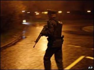 Policial patrulha rua próxima a área em que ocorreu atentado nesta segunda-feira, na Irlanda do Norte (AP)