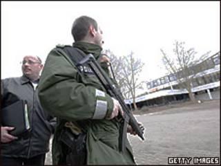 Policiais na escola Albertville, em Winnenden