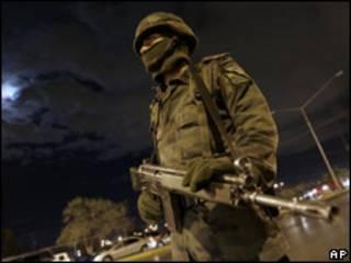 Soldado mexicano en la frontera con Estados Unidos.