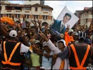 Apoiadores do oposicionista Andry Rajoelina participam de protesto na capital de Madagascar (AFP, 16/3)
