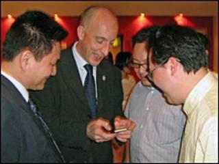 Đại sứ Mark Kent (giữa)
