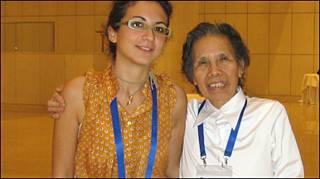 Cụ bà Lê Hiền Đức và một đại biểu quốc tế tại một hội nghị chống tham nhũng