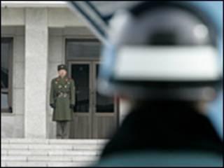 Lính Nam và Bắc Hàn tại chốt biên giới