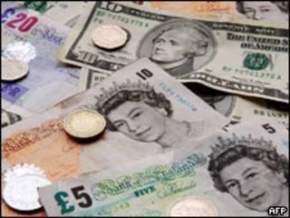 Moedas e notas de dólares e libras