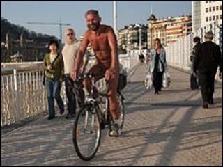 Irwin, o ciclista nu em San Sebastián (foto: Euskal Naturista Elkartea - associaçao naturista do País Basco)