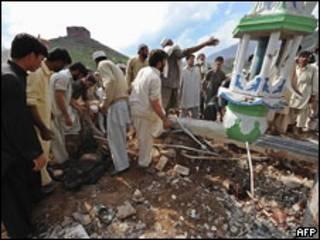 mortos são retirados de mesquita