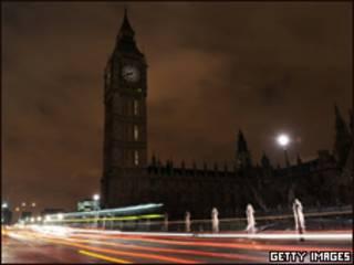O Parlamento e o Big Ben, em Londres, com as luzes apagadas