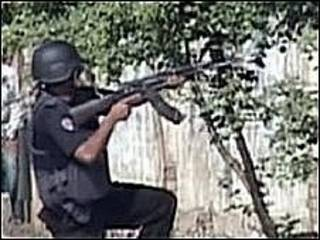 Imagem de televisão mostra soldado durante cerco a complexo em Lahore