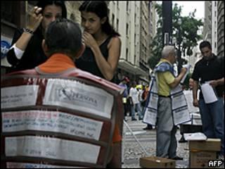 Desempregados procuram vagas de trabalho