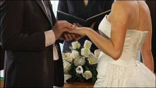 Una pareja casándose