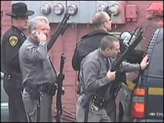 Policiais em frente a prédio atacado por atirador em Nova York