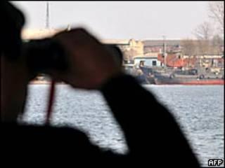Un hombre mira con binoculares hacia Corea del Norte