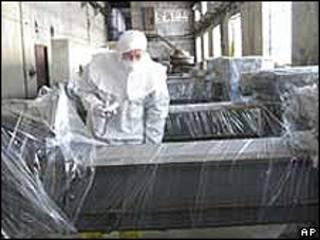 Foto de 2008 mostra inspetor norte-americano nas instalações nucleares de Yongbyon, na Coreia do Norte (AP/arquivo)