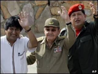 Os presidentes da Bolívia, Evo Morales, de Cuba, Raúl Castro, e da Venezuela, Hugo Chávez, durante encontro da Alba, nesta quinta-feira (AP)