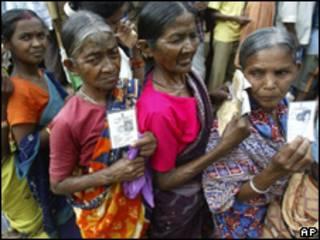 Eleitoras fazem fila na Índia