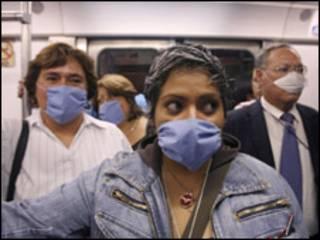 Người dân Mexico đeo khẩu trang phòng cúm