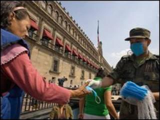 Soldado distribui máscaras à população na Cidade do México