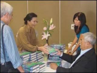 Nhà văn Thảo Trường (bên phải) ký tặng sách