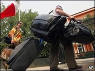 Mulher mexicana chega à Embaixada do México em Pequim para pegar voo de volta para casa