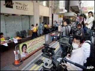 Imprensa de Hong Kong se aglomerou em frente ao Metropark Hotel