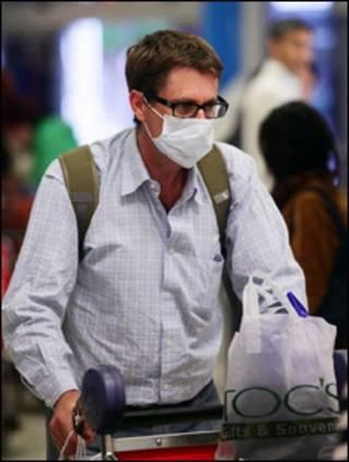 homem chega ao aeroporto de Sydney, na Austrália. (Getty Images)