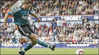 Thủ quân Liverpool, Steven Gerrard ghi hai bàn trong trận gặp West Ham